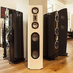 Eine Säule des Ladens, um die mehrere Lautsprecher stehen. In der Front eine Quadral Vulkan und Triangle Lautsprecher.