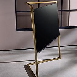 Loewe Bild 9 OLED TV in gold mit passenden Klang 9 Lautsprechern in gold.