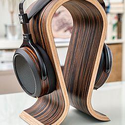 HiFiMAN HE560i Kopfhörer auf einem Omega Kopfhörerständer