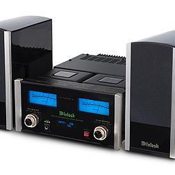 Winkelansicht auf McIntosh MXA70 Kompaktanlage mit Stereoboxen und Verstärker
