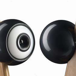 Ein Paar Cabasse Riga Coaxial Lautsprecher, die sich gegenseitig anschauen