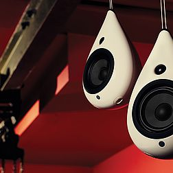 Ein paar Podspeaker The Drop in weiß hängen von der Zimmerdecke