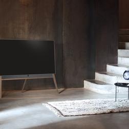 Loewe Bild 5 OLED TV an einem Treppenaufgang.