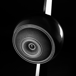 Das kugelförmige Gehäuse einer Cabasse Baltic 4 in schwarz