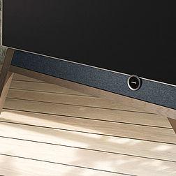 Ausschnitt eines Loewe Bild 5 OLED TV mit Holzfuss.