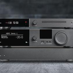 Eine komplette Anlage bestehend aus dem Vollverstärker Lyngdorf TDAI 3400, dem CD-Spieler Lyngdorf CD-2 und der Endstufe Lyngdorf SDA 2400.