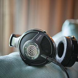 Focal Utopia Kopfhörer auf einem Sofa