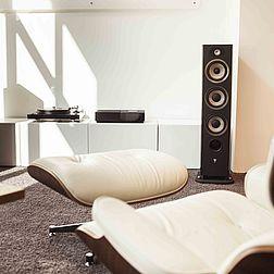 Der kleine Hörraum, perspektivisch am Lounge Chair vorbeifotografiert auf eine Naim Uniti Nova Anlage mit Local 926 Lautsprechern.