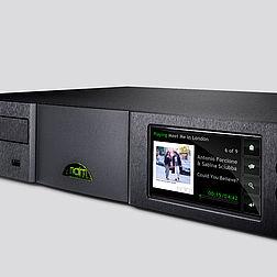 Naim HDX in der Queransicht, mit eingeschaltetem Display und bereit zum Spielen von der eingebauten Festplatte.